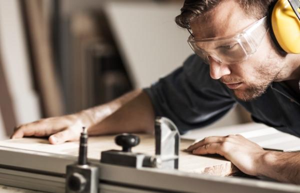 Bilde av håndverker i arbeid.